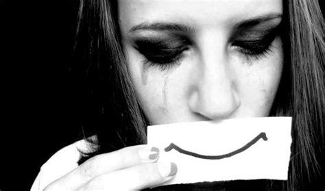 imagenes de mujeres llorando con frases cada sonrisa puede encerrar mucha tristeza rincon del tibet