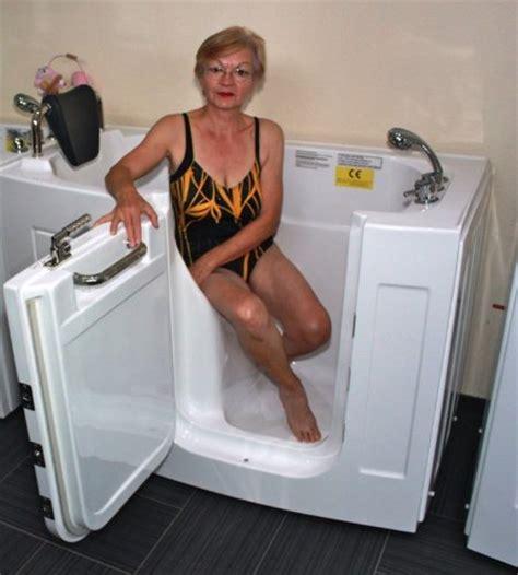 moderne duschbäder sitzbadewannen mit t 252 r und dusche eine gute l 246 sung f 252 r
