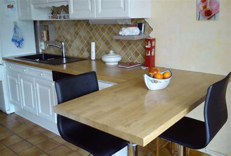 r 233 nover sa cuisine avec des plans de travail en bois