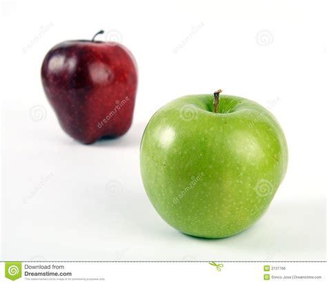 imagenes verdes y rojas manzanas verdes y rojas imagen de archivo libre de