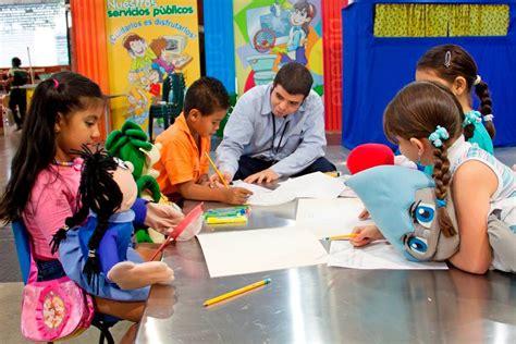 imagenes de niños jugando y compartiendo compartiendo lecturas con los chicos