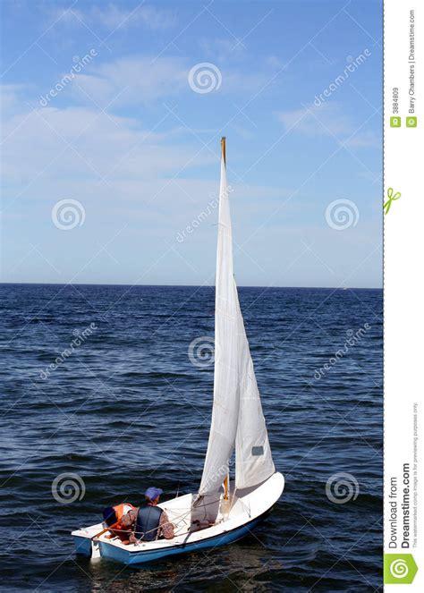 kleine zeilboot kleine zeilboot royalty vrije stock afbeeldingen beeld