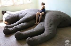 巨大な猫のクッションに包まれて眠るしあわせを cat couch インテリアハック