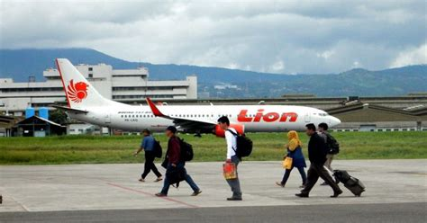 Airplane Pesawat Wallpaper Surabaya mengalami gangguan pesawat air mendarat darurat okezone news