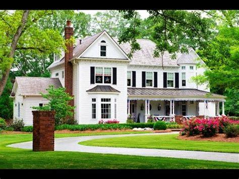 35 Classic House Design Ideas (Traditional Home Design