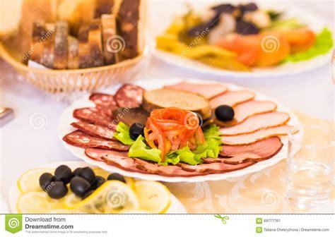 variet di olive da tavola vassoio prosciutto affettato salame e della carne