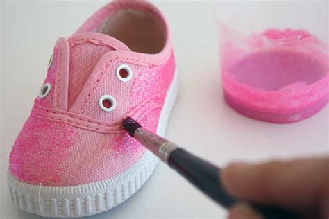 decorar zapatillas con glitter customiza tus viejas zapatillas con purpurina blog