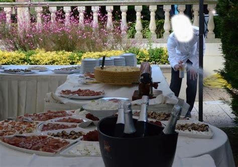 cameriere bari insetticida al ricevimento il cameriere beccato con lo