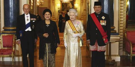 Batik Princes Mahkota temui ratu inggris sby pakai busana ala mahathir mohamad
