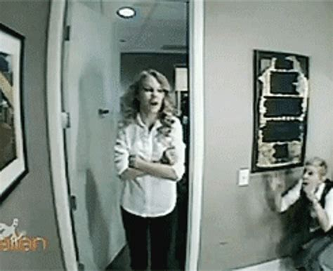 ellen bathroom scares 10 hilarious gifs of celebs who are huge scaredy cats 2 j 14