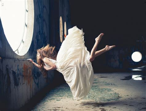 tutorial fotografia profissional zero gravity surreal photos of women floating in mid air