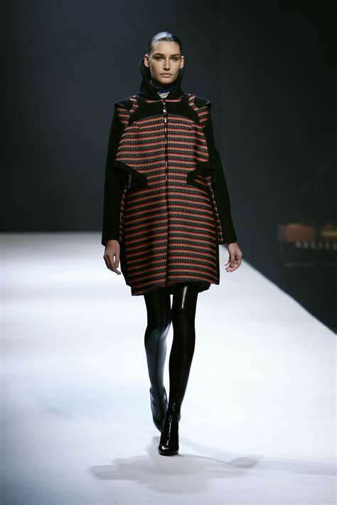 Fashion Week Fall 2007 Ivilliages Fashion Week In Second by Hussein Chalayan Fall 2007 Runway Pictures Livingly