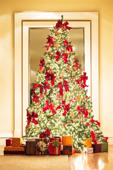 sch 246 ner weihnachtsbaum und geschenke im goldenen raum