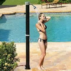 donna nuda doccia acqua calda con l energia solare per la doccia da giardino
