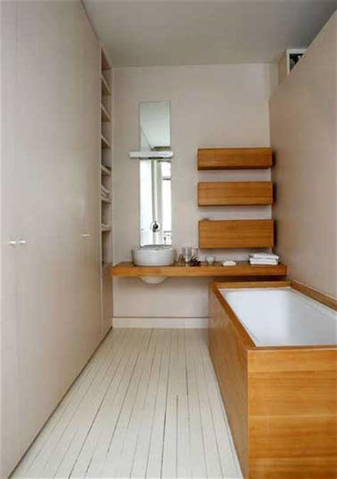 Petite salle de bain couleur habillage baignoire bambou