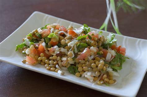 imagenes veganas fuertes ensalada de lentejas tomate y hortalizas
