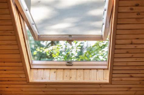nella soffitta immagini di riserva di finestra aperta la sovranit 224 di