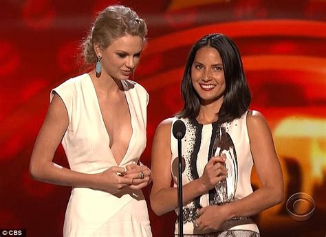 taylor swift and olivia hug the people s choice awards 2013 taylor swift gets kanye d