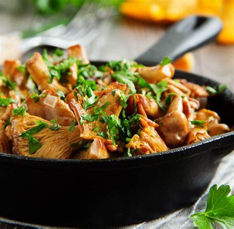 cuisine girolles recette po 234 l 233 e de girolles aux foies de volailles