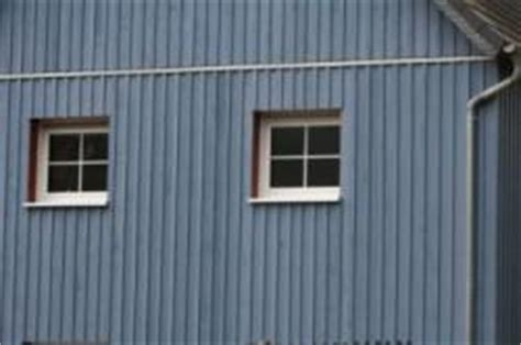 wohnungstüren blaue hausfassade holz bauunternehmen