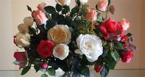 come fare una composizione di fiori freschi vasi con fiori finti piante finte fiori finti