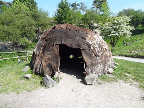 hutte nomade hutte en peau de b 234 te habitat du pal 233 olithique les hommes