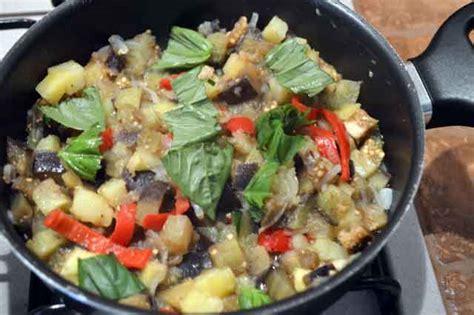 come cucinare melanzane padella melanzane in padella con peperoni e patate burrofuso