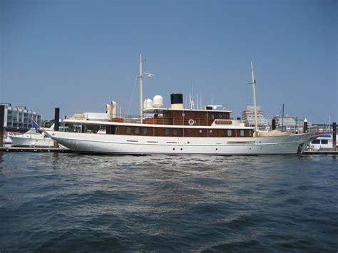 johnny depps yacht sinks johnny depp yacht www imgkid com the image kid has it