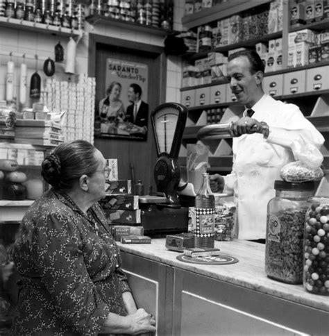 speelgoed winkel gent klant in de winkel bij kruidenier 1956 de bestelling