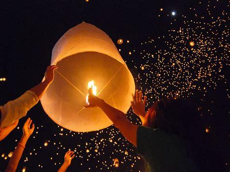 lanterne volanti mille lanterne volano alte nel cielo per salutare