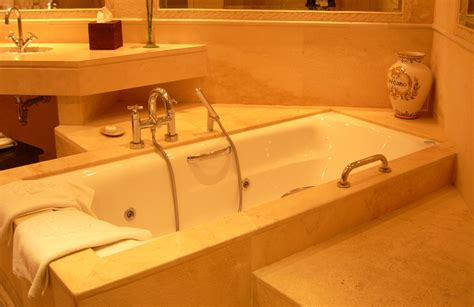 hotel with bathtub file hotel suite bath tub jpg wikimedia commons
