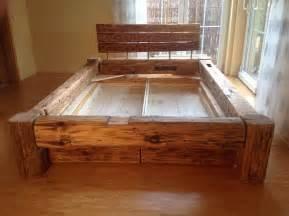 bett aus alten balken bett aus balken bauen bett mit stauraum bauen