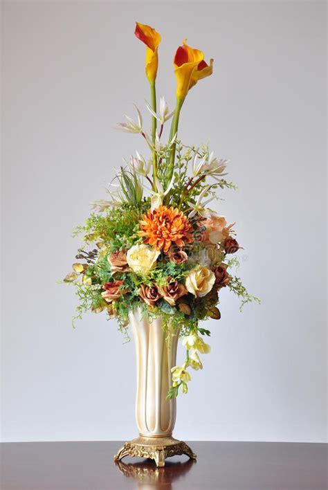 floreros y flores artificiales flores artificiales de los floreros foto de archivo