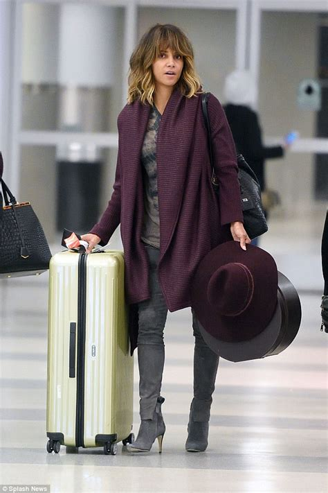 Name Halle Berrys Black Handbag by Halle Berry Goes Makeup Free As She Arrives At Jfk Airport