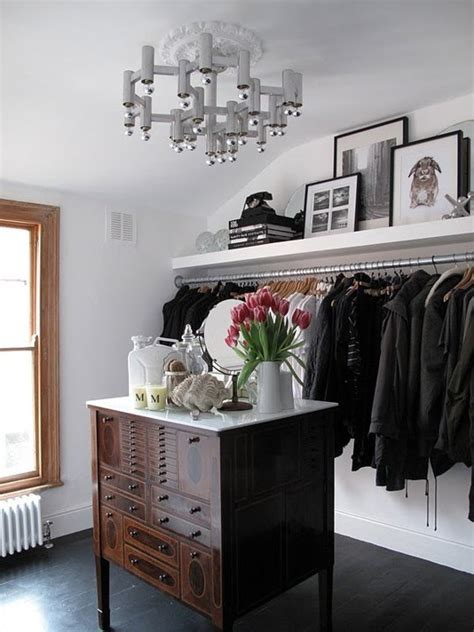 Rak Kosmetik Kaca inspirasi menyimpan pakaian di apartemen tanpa lemari