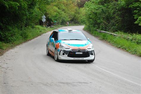 Durante Un Rally L Automobile brescia auto esce di strada durante un rally un morto e