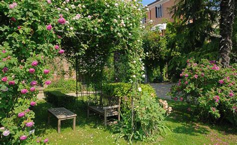 come creare un giardino fiorito progettare un giardino a terrazze fai da te in giardino