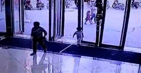 camara de seguridad registro el momento de la pelea y el disparo espeluznante momento en el que una enorme puerta de