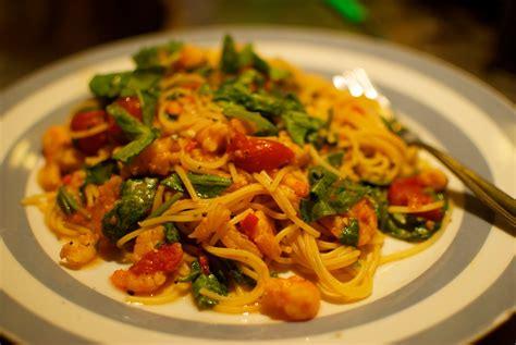 cucina primi piatti primi piatti spaghetti con gamberi e rucola ricette