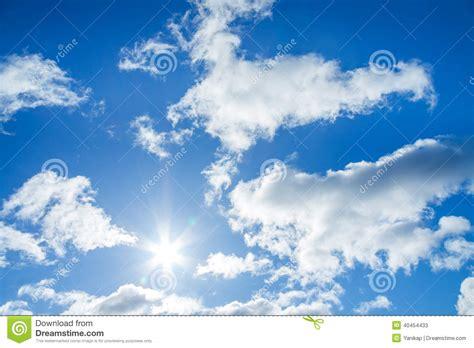 imagenes nubes blancas cielo azul con las nubes blancas y el sol imagen de