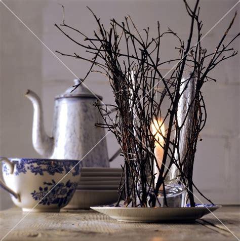 tischdeko mit zweigen kerzenglas mit zweigen als winterliche tischdeko bild
