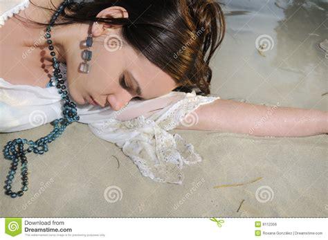 donna bagnata donna bagnata sulla sabbia fotografia stock immagine di