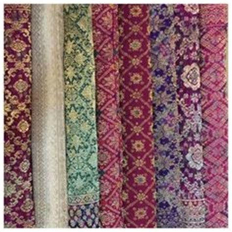 Kain Sifon Motif Bunga 14 kain angkin motif jumputan digunakan sebagai stagen perut saat mengunakan kebaya kutu baru