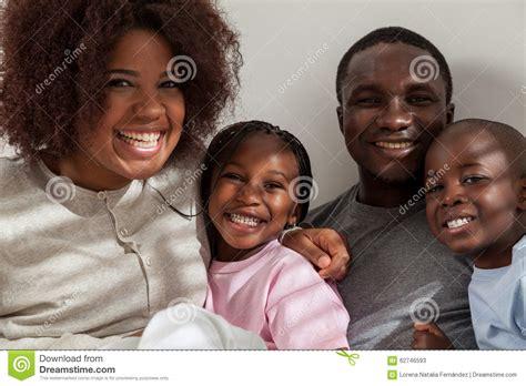 imagenes familias negras famille noire dans le lit photo stock image 62746593