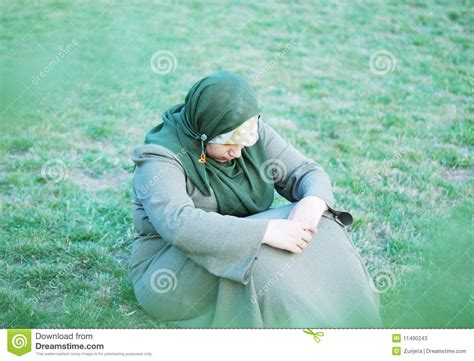 imagenes de mujeres tristes y solas mujeres musulmanes solas tristes imagen de archivo
