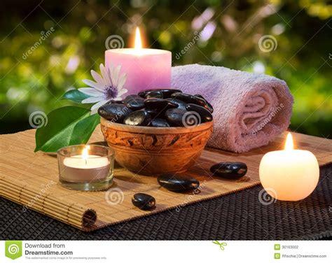candele nere barattolo delle pietre e delle candele nere sulla stuoia
