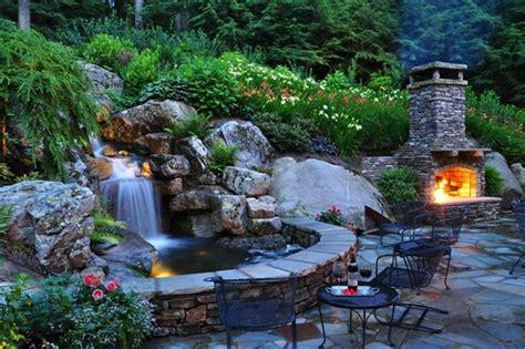 garten springbrunnen mit beleuchtung 25 ideen f 252 r gartenbrunnen und springbrunnen tipps f 252 r