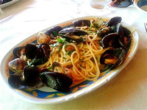 di credito sard spaghetti ai frutti di mare con rucola selvatica foto di
