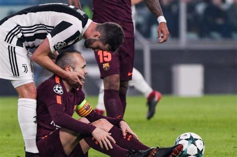 ronaldo juventus standing ovation barcelona messi and iniesta get standing ovation in away juventus clash news