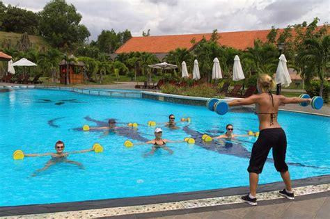 swimming pool   abdominal workout